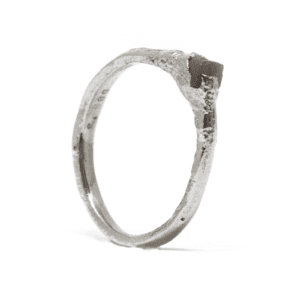 Wabi Sabi Rå ring of white gold with raw diamond
