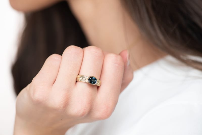 Wabi Sabi Fråst ring in gold with a fazeted topaz